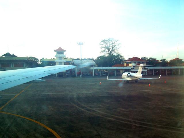 Изображение поля аэропорта Нгурах-Рай на острове Бали, Индонезия