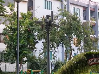Ada CCTV yang memantau keamanan taman ini