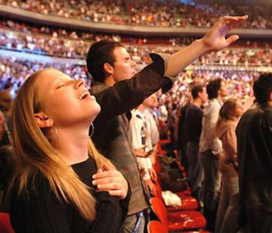 Resultado de imagen para jovenes alabando a dios