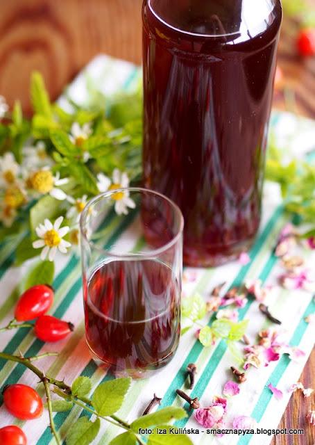 nalewka z dzikiej rozy, dzika roza, owoce rozy, ziola, podlaska, nalewki domowe, podlasianka, rozanka, alkohol, przetwory, spizarnia,