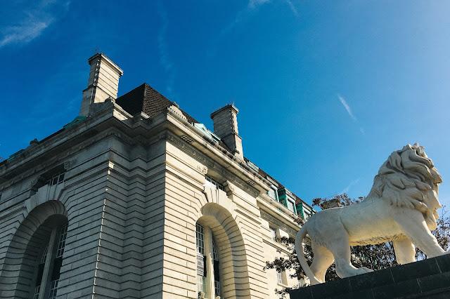 ウェストミンスター橋(Westminster Bridge)とサウスバンク・ライオン(The South Bank Lion)