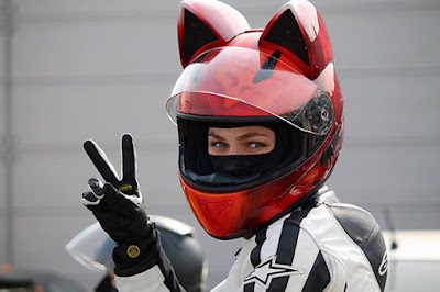 Casco de moto rojo con orejas de gato