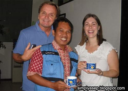 Dengan sahabat dari Australia Kevin (Kiri) dan Sasha (Kanan) pun saya selalu mengenakan Batik. Foto ini diambil tahun 2005 di kantor IALF Denpasar Bali. Foto Istimewa