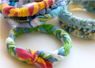 Gelang modis terbuat dari kain kaos bekas.