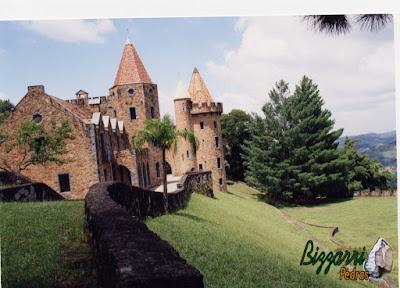 Muro de pedra construído com pedra moledo em volta do castelo de pedra.