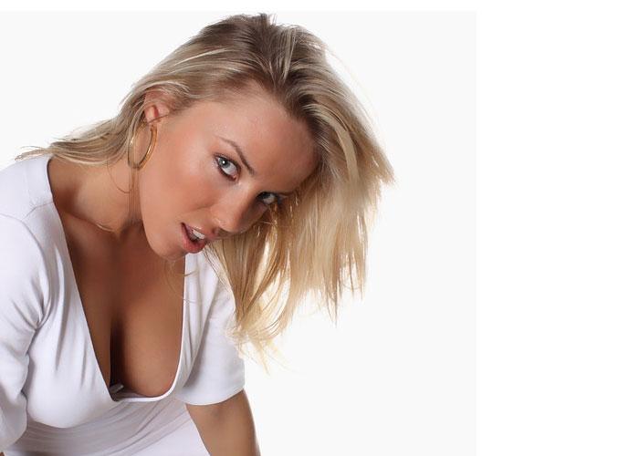 mulher vulgar mostrando os seios
