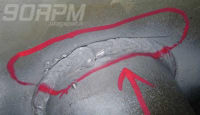 La foto illustra una lesione pericolosa in una saldatura su telaio da bicicletta