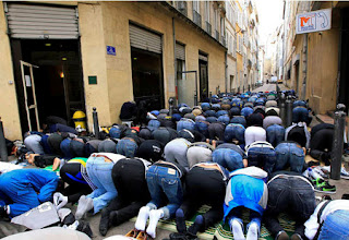 Photo of Muslims illegally taking over streets in Paris in order to pray.