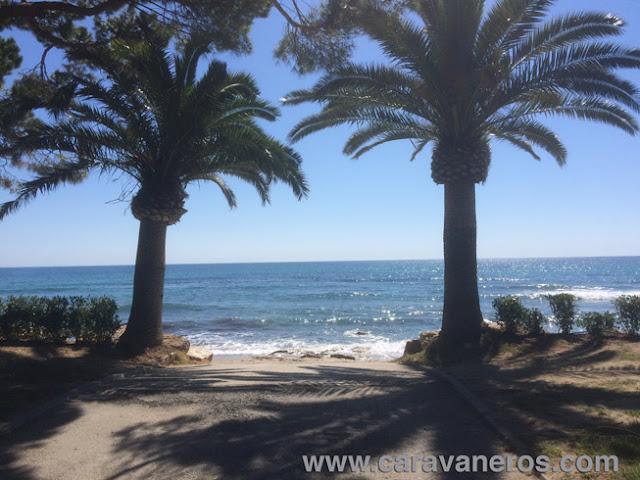 Foto del acceso a la Playa. Camping Playa Montroig | caravaneros.com