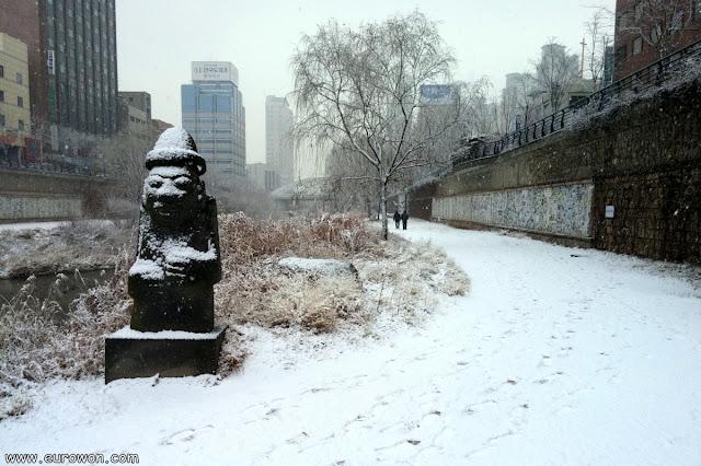 Dolhareubans del Cheonggyecheon con nieve