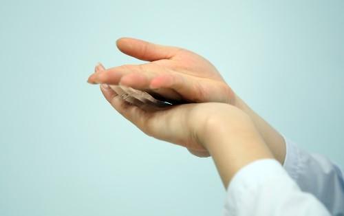 Tự bấm huyệt 2 mu bàn tay dưỡng thận không lo bệnh