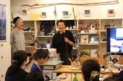 かなざわ珈琲世田谷店マスター おいしい珈琲の淹れ方プチ講座中 目の前には「ちーくわーむ」
