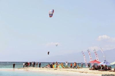 kitsurfing di pulau tabuhan banyuwangi