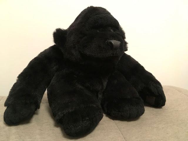 Gorila de pelúcia com nariz de couro restaurado