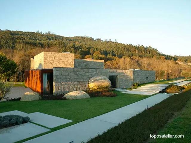 Residencia amplia contemporánea de piedra y metal oxidado en Brito, Guimaraes, Portugal