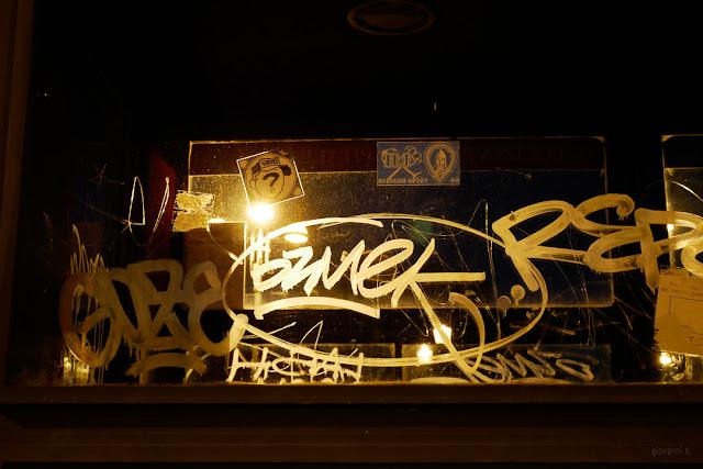 Scritte su vetro illuminate di notte