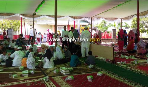 USAI  :  Selesainya acara Peringatan isra Miraj dan peletakan Batu pertama di Masjid Babussalam Duta Bandara (13/4) ini sekitar pukul 10.30 WIB dan dilanjutkan dengan makan bersama. Foto Asep Haryono