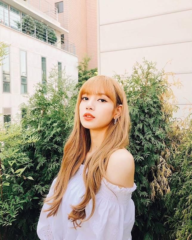 Lisa yang sekarang tampil dengan rambut pirang dan panjang