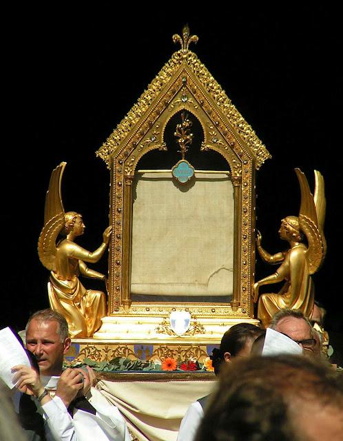 O véu de Nossa Senhora sai da catedral em procissão.