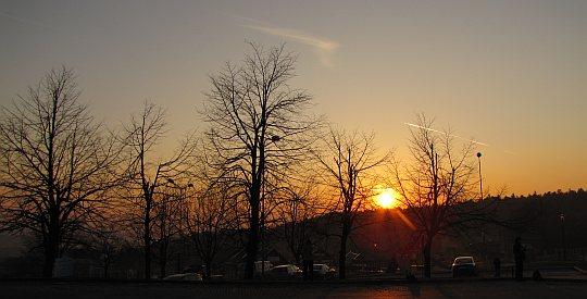 Słońce już zaczyna zachodzić za łysogórskim  wzniesieniami