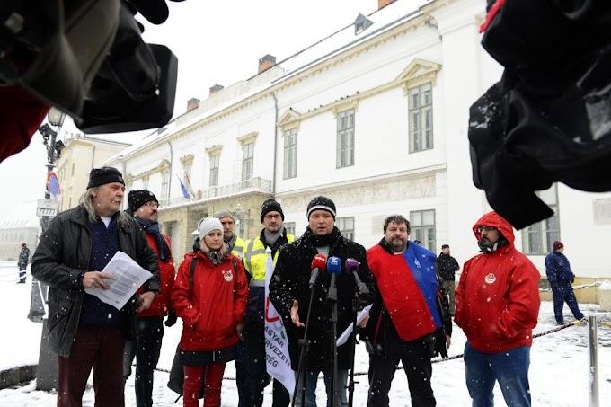 Az államfőnél tiltakoztak a szakszervezetek a túlóratörvény ellen