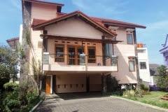 villa garuda villa yang ada halamanya