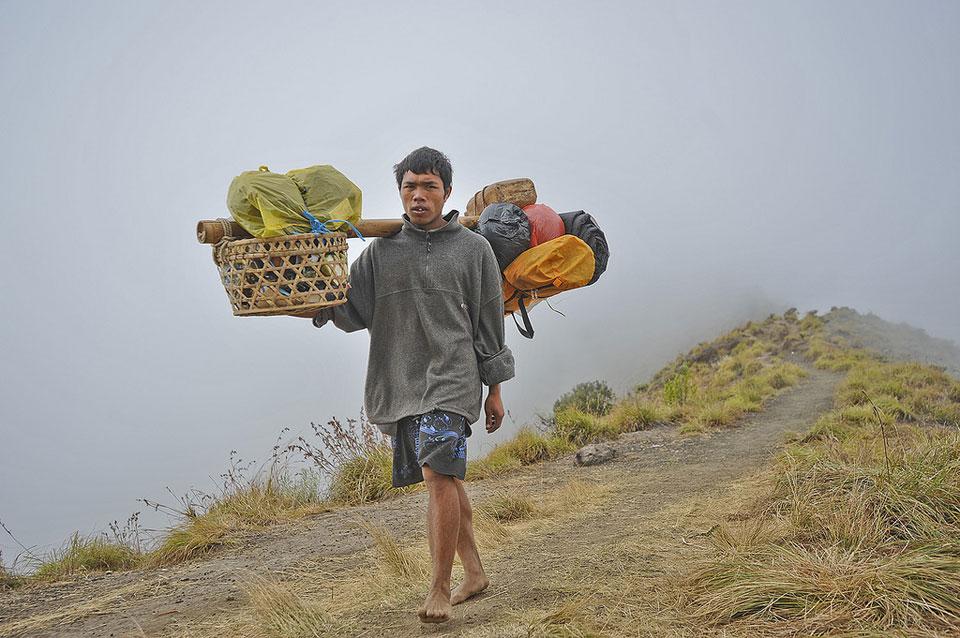 Porter kita saat pendakian ke Gunung Rinjani - beban muat di pundak max 35 kilo