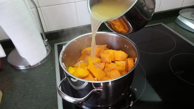 Incorporación del caldo a la mezcla de calabaza con chalotas