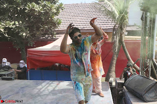 Alia Bhatt and Varun Dhawan Playing Holi at Zoom Holi Celetion 2017 (3).JPG