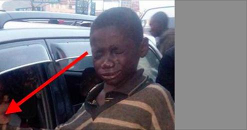 Cet enfant sans-abri s'approche d'une voiture pour mendier, mais ce qu'il voit à l'intérieur le fait fondre en larmes.