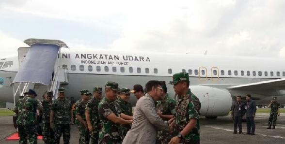 Jenderal Gatot dan SYL tiba pada pukul 09.30 Wita menggunakan pesawat khusus TNI AU B737VIP (A-7308). Panglima TNI dijemput langsung Pangdam XIV Hasanuddin Mayjen TNI Agus Surya Bakti dan Kapolda Sulsel Irjen Pol Muktiono, serta jajaran TNI.  SYL sehari sebelumnya berada di Jakarta menghadiri rapat pemerintah bersama Presiden Jokowi. Gubernur Sulsel direncanakan bersama Panglima TNI akan menghadiri acara Sinergitas TNI- POLRI di Lapangan Karebosi.