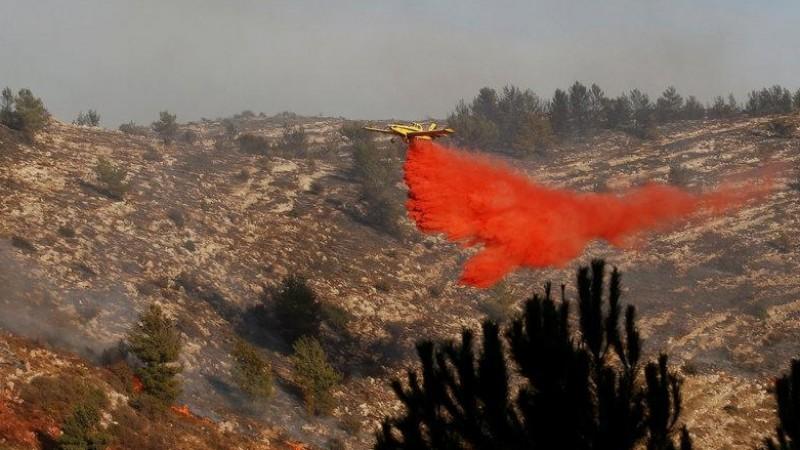 Pesawat berusaha memadamkan kebakaran