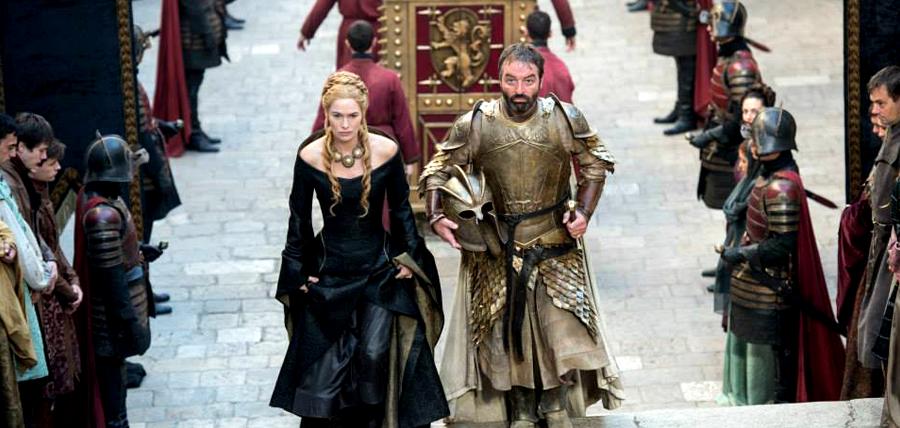 Lena Headey (Cersei Lannister) şi Ian Beattie (Meryn Trant) în Sezonul 5 Urzeala Tronurilor