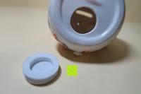 Loch: Japanische Maneki Neko Glückskatze aus Porzellan (Klein, 12 cm)