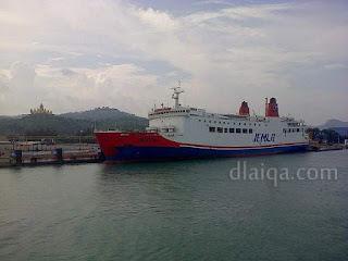 kapal ferry yang sedang sandar