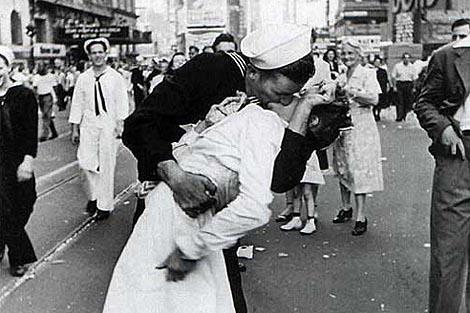 La famosa foto de beso del Times Square, foto tomada el 14 de agosto de 1945. Esta es una de las fotos más famosas del mundo.  Fotos insólitas que se han tomado. Fotos curiosas. V-J Day in Times Square