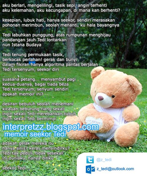 gambar seekor beruang Teddy sedang duduk di atas rumput menikmati kedamaian alam