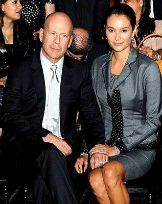 Foto de Bruce Willis sentado junto a Emma Heming