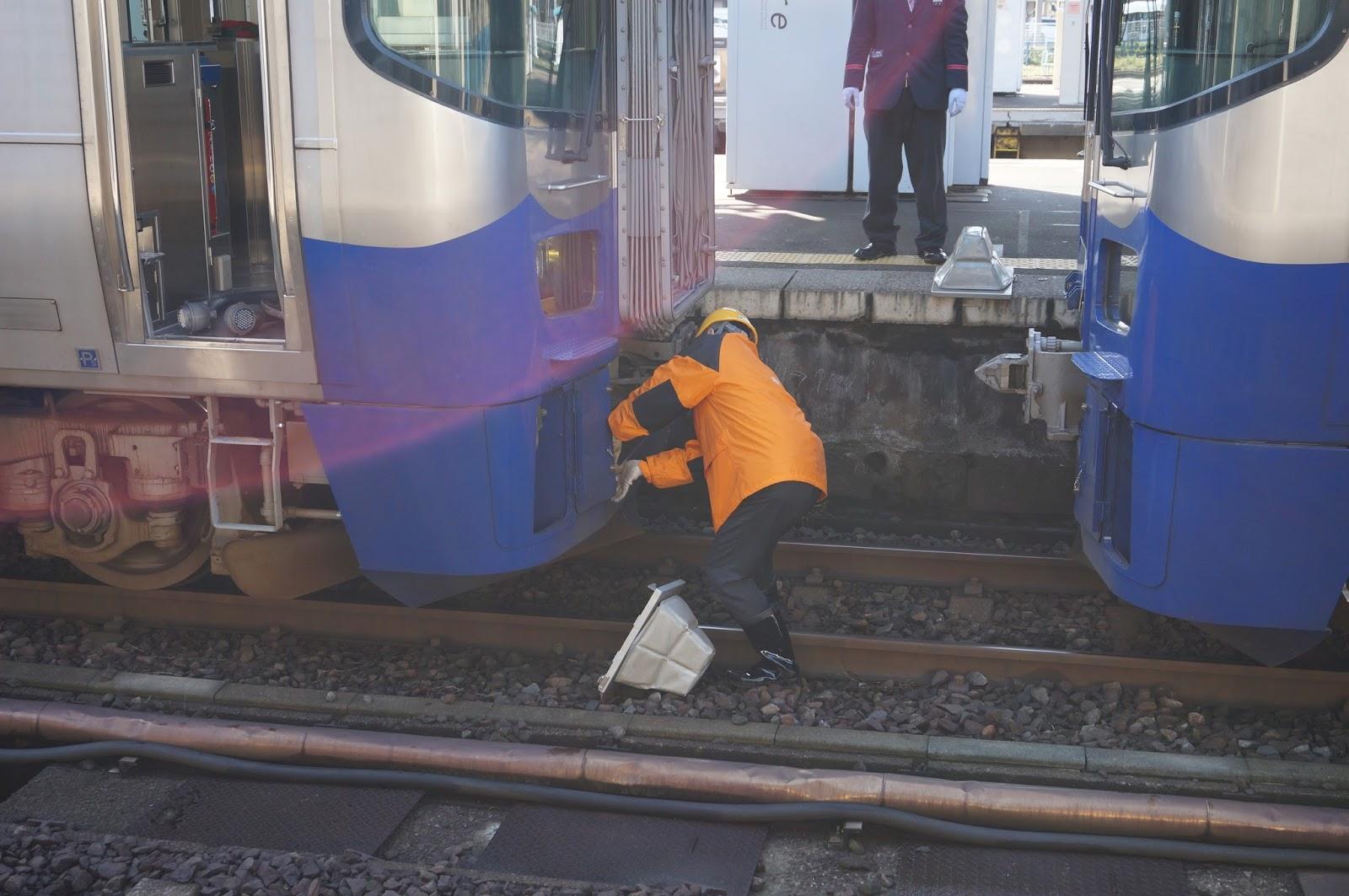 直江津駅で解結作業中のET122形
