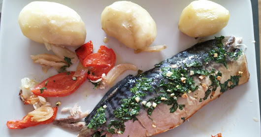 Rosted mackerel with baked potatoes/ Caballa al horno con patatas