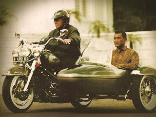pak harto naik motor