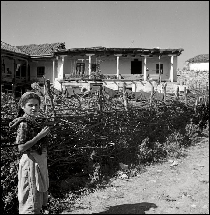 Крымскотатарская девочка в Крыму, 1943 год