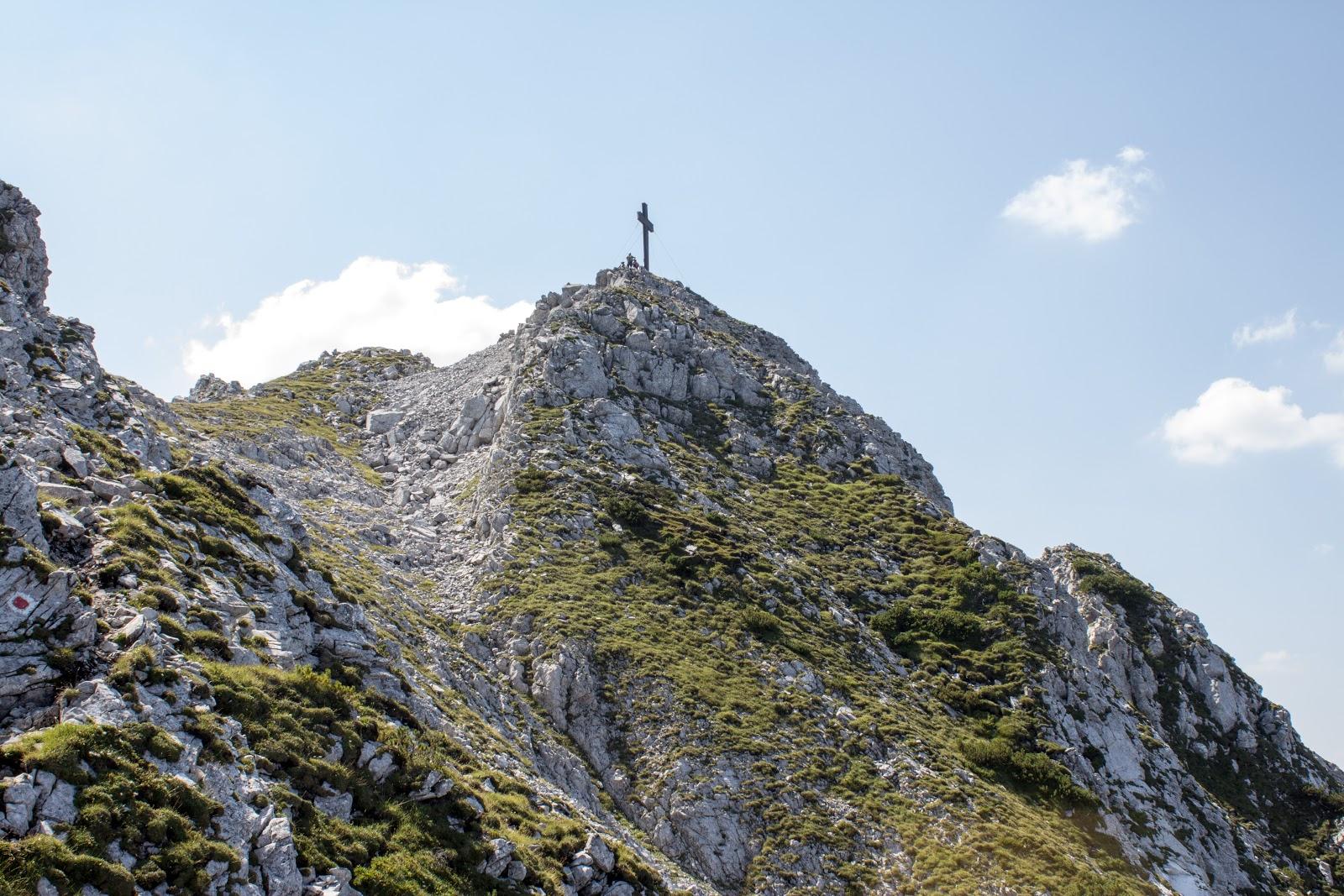 Von der Ardningeralmhütte über den Wildfrauensteig auf Frauenmauer, Bosruck und Kitzstein. - Blick aufs Gipfelkreuz vom Bosruck