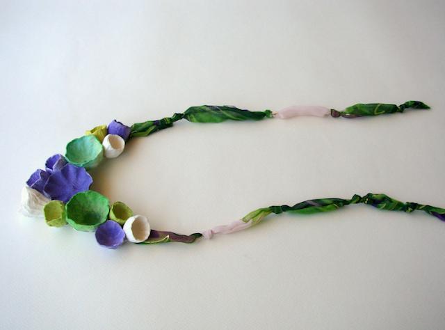 maxi collana con fiori di carta e tessuto, viola verde.