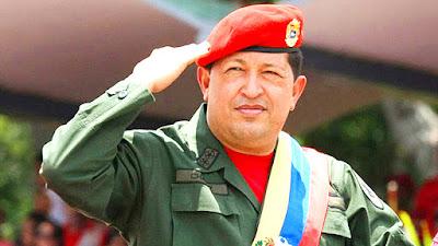 Biografi Hugo Chavez - Pemimpin Revolusi Bolivar     Dia adalah Presiden Venezuela saat ini. Sebagai pimpinan Revolusi Bolivar, Chávez mempromotori visi demokrasi sosialis, integrasi Amerika Latin, dan anti-imperialisme. Ia juga tajam mengkritik globalisasi neoliberal dan kebijakan luar negeri Amerika Serikat. Ia adalah presiden sejak tahun 1998. Dia adalah putra seorang guru dan lulusan Akademi Militer. Chavez meraih gelar insinyur tahun 1975 dan ia penggemar berat olahraga bisbol. Setelah terpilih sebagai presiden tahun 1998, ia berkali-kali mengalami guncangan pemerintahan. Ia diancam dibunuh (2000).  Tetapi, ia mendapatkan mandat enam tahun masa jabatan pada tahun tersebut guna melakukan reformasi politik. Pada 14 November 2001, Presiden Hugo Chavez mengumumkan serangkaian tindakan yang bertujuan merangsang pertumbuhan ekonomi termasuk di antaranya mengundangkan Undang-undang Reformasi kepemilikan tanah yang menetapkan bagaimana pemerintah bisa mengambil alih lahan-lahan tidur, tanah milik swasta, serta mengundangkan Undang-undang Hidrokarbon yang menjanjikan royalti fleksibel bagi perusahaan-perusahaan yang mengiperasikan tambang minyak milik pemerintah.  Kebijakan ekonomi yang dinilai kontroversial terutama menyangkut Undang-undang Reformasi kepemilikan tanah, di antaranya memberi kekuasaan pada pemerintah untuk mengambil alih perusahaan-perusahaan real estate yang luas dan tanah-tanah pertanian yang dianggap kurang produktif mengundang protes jutaan orang di ibukota, Caracas (11 Desember 2001). Selain,