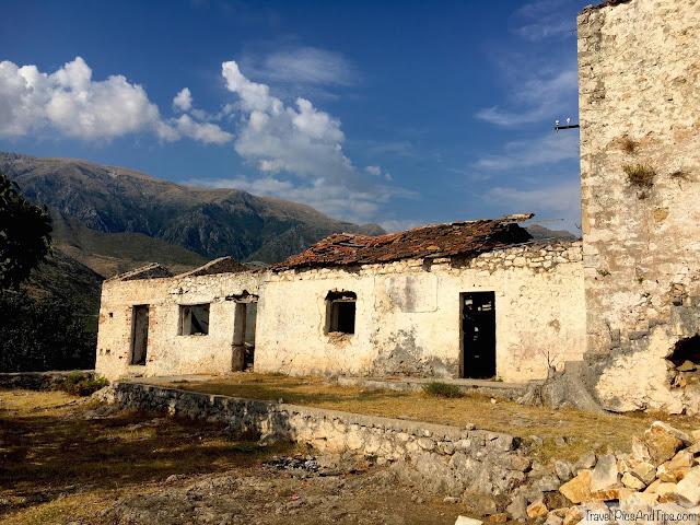Monastère Theodhorit et plage de Gjipe sur la côte de l'Albanie