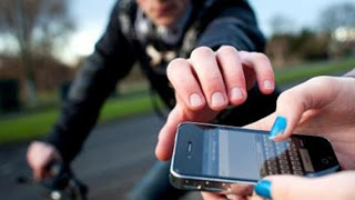 Bandido empurra jovem sobre cerca de arame farpado rouba celular, e depois resolve devolver