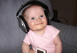Foto gambar bayi lucu mendengarkan musik 14