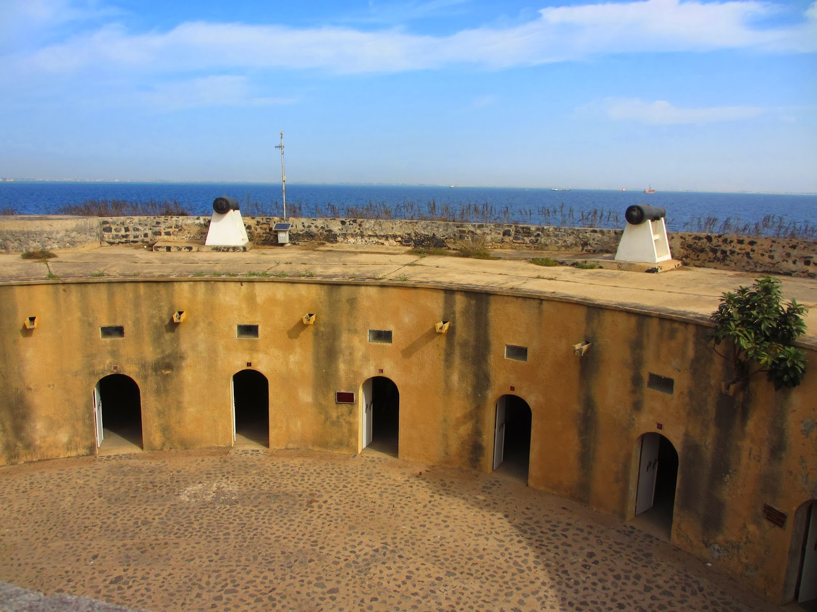 Visitar a ILHA DE GORÉE desde Dakar e perceber a Rota os Escravos e as correntes do passado | Senegal