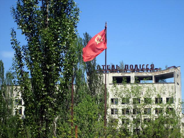 Bandera y edificios Soviéticos